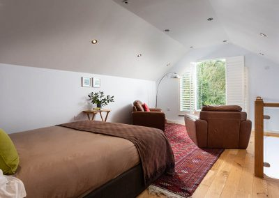 Bulls Barn bedroom with seating area